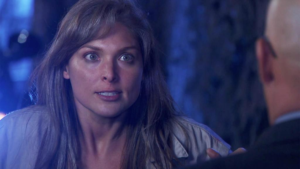 Sara Aguilar intenta escapar de la cárcel, pero es detenida por la guardia.