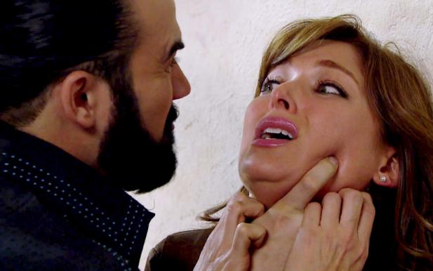 Martínez ama a Sara, pero nunca le perdonará que lo haya traicionado para que lo atrapara el agente Dóriga. ¿La perdonará?