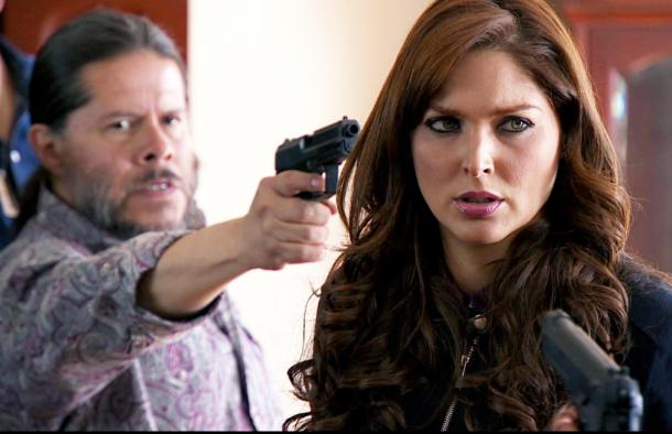 El Indio no soporta que Sara este al lado de su patrón, sabe que ella lo va a traicionar en cualquier momento con la DEA.