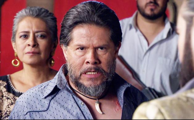 Amaro y su esposa Rosa le han jurado la muerte a la Señora Acero por haberles matado a su hijo el Tiburón.
