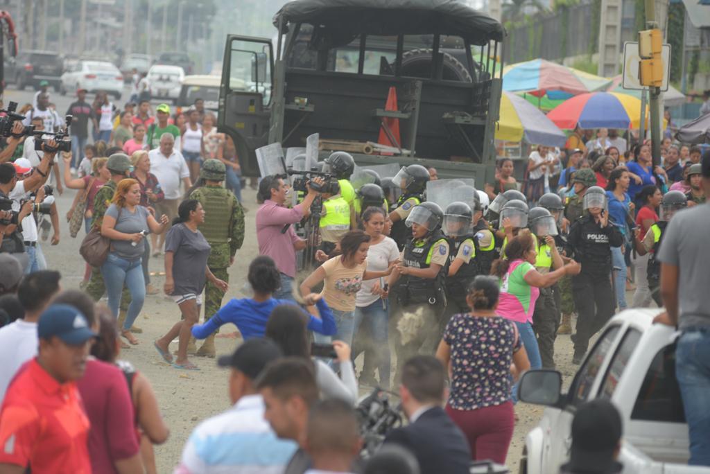 GUAYAQUIL, Ecuador.- Familiares de los reos pedían información oficial en los exteriores del recinto penitenciario. Foto: API