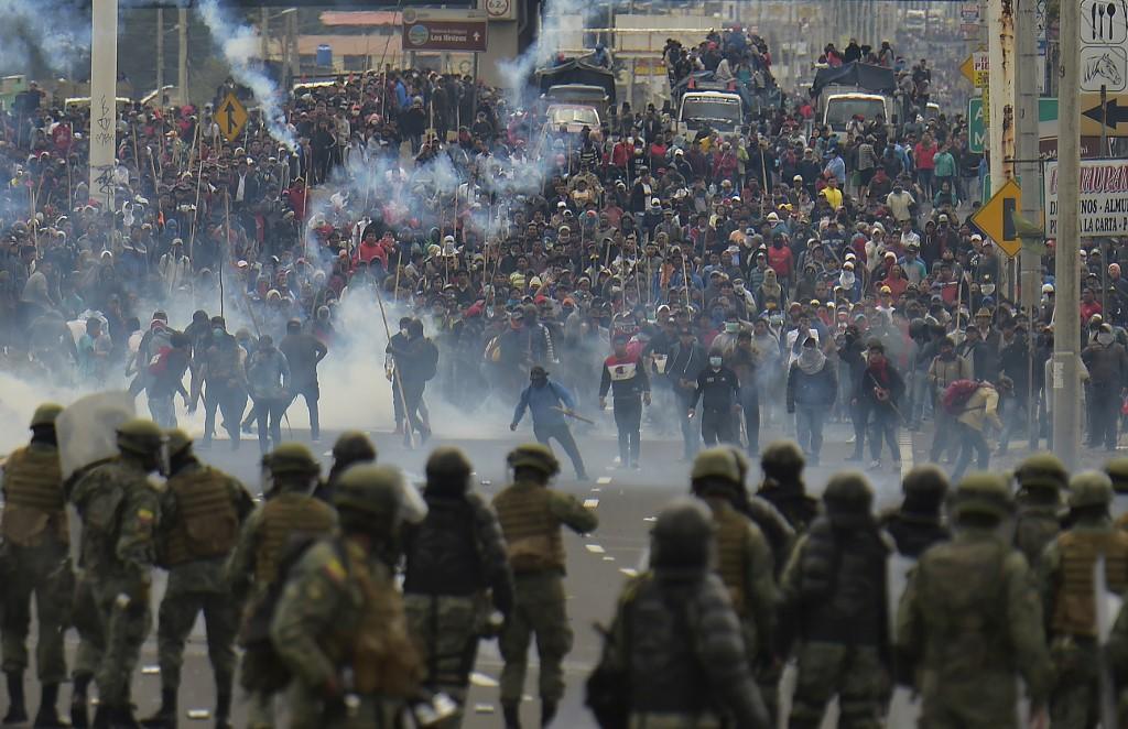 En Quito continúan los enfrentamientos entre protestantes y Fuerzas Armadas. Foto: RODRIGO BUENDIA / AFP