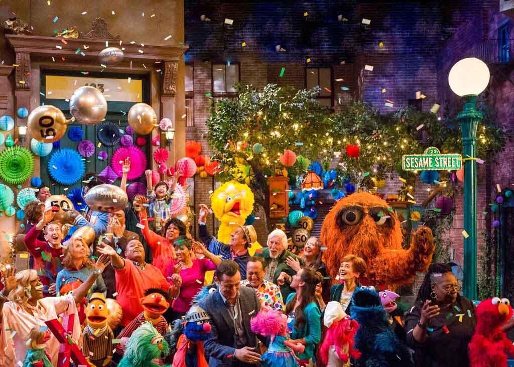 """""""Sesame Street"""" durante una celebración por la 50ma temporada del popular programa infantil de la TV. Foto: AP"""