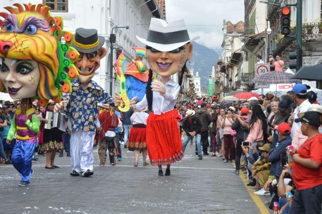 CUENCA, Ecuador.- Comparsas con distintas temáticas desfilaron por el Centro Histórico. Foto: API