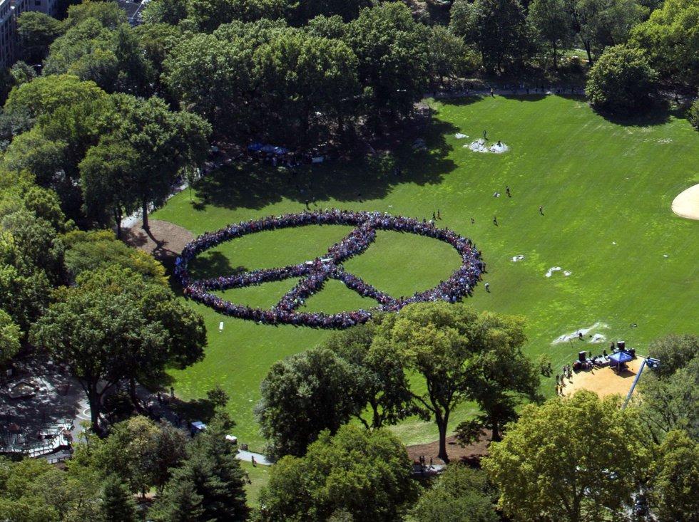 Una multitud hace el signo de la paz en homenaje a John Lennon ...