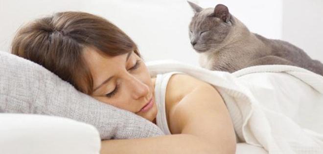 Resultado de imagen para mujer duerme mascota