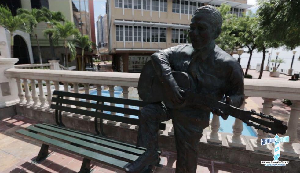 En el Puerto Santa Ana, se pueden encontrar con la figura de Julio Jaramillo, un claro homenaje al mejor cantante de la música popular que ha tenido el país.