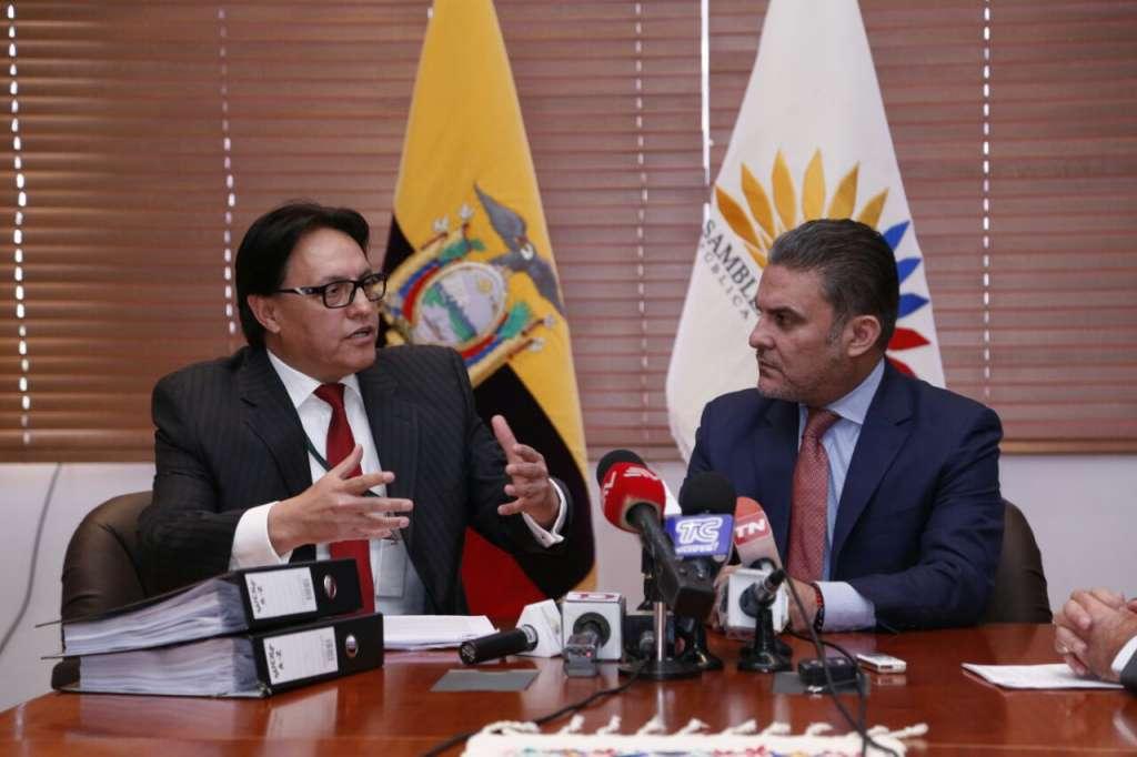 Deuda de casi $19 mil millones por contratos petroleros, denuncia Villavicencio