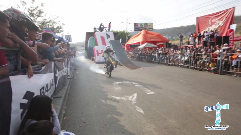 Pilotos ecuatorianos demostraron sus destrezas y habilidades en motos y bicicletas.
