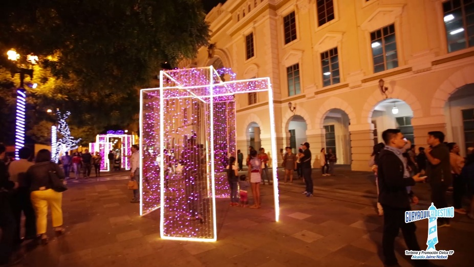 La iluminación de la Plaza de la Administración vistió de Navidad a Guayaquil.