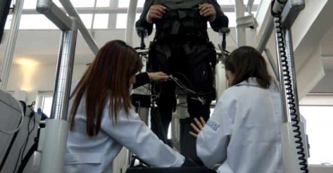 un electrodo implantado en la columna vertebral ecuavisa