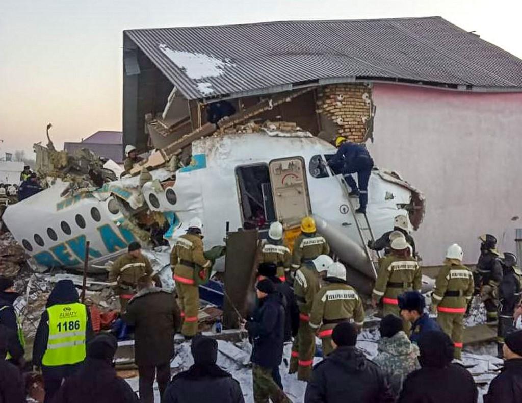 Resultado de imagen para 15 muertos al estrellarse un avión en Kazajistán