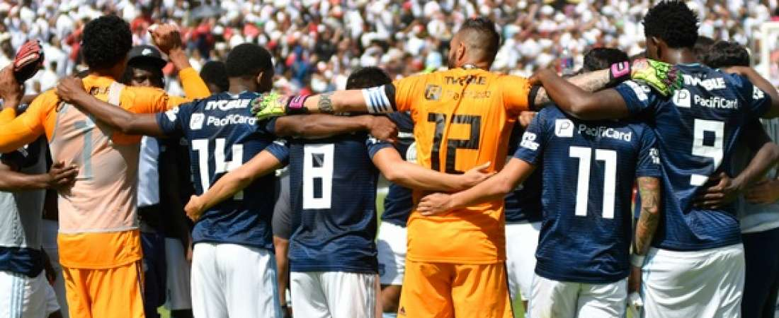 QUITO, Ecuador.- El elenco de Emelec se reuni[o con su cuerpo técnico y agradeció por la temporada disputada. Foto: API