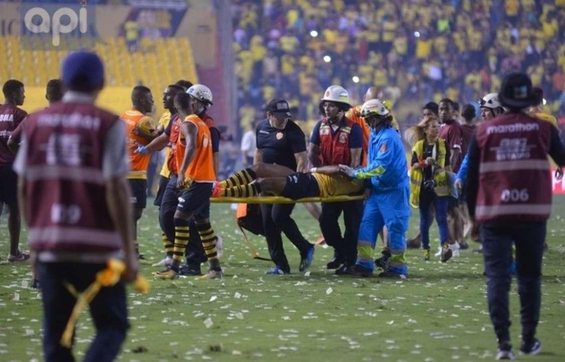 GUAYAQUIL, Ecuador.- El mediocampista Michael Arroyo abandonó el estadio tras sufrir una lesión en su pierna derecha. Foto: API