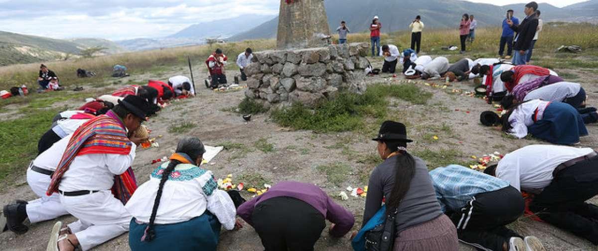 El bastón de mando que recibirá Lenín Moreno, el jueves en Cochasquí, provincia de Pichincha, fue bendecido nuevamente por varios líderes y lideresas espirituales. Foto: El Ciudadano