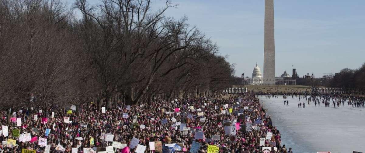 Decenas de miles en marcha contra Trump en aniversario de su presidencia. Foto: AFP