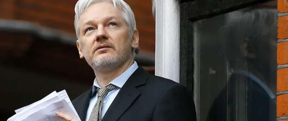 Julian Assange demanda al gobierno de Ecuador que lo asila hace seis años. Foto: AP