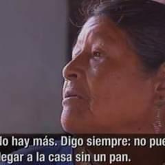 QUITO, Pichincha.- Las mujeres que se dedican a este oficio ganan dos dólares por cada docena de ropa.  Foto: Captura de pantalla.