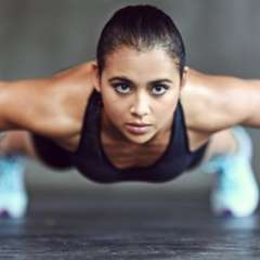 Las flexiones son uno de los ejercicios más universales y asequibles ya que ofrece una gran cantidad de variantes modificadas para adaptarlo a la realidad de cada persona.