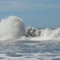 El Inocar pronostica olas cuya altitud varía entre los 1.5 y 2.5 metros. Foto: Referencial/Andes.