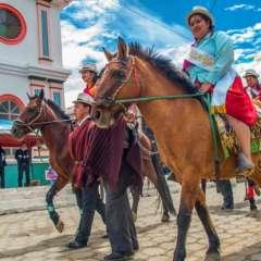 Los pobladores de la zona se preparan durante varios meses para realizar acrobacias sobre los caballos. Foto: Alcaldía Loja