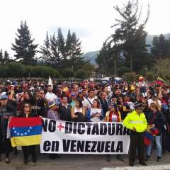 QUITO, Ecuador.- En la tribuna de la Avenida de los Shyris, se concentraron decenas de venezolanos para rechazar la llegada de su presidente al Ecuador. Foto: Twitter