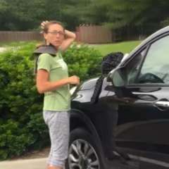 La mujer se sube a su auto después de pedir dinero en la calle. Foto: captura de video
