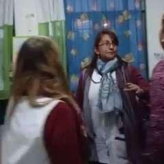 El momento en el que la maestra de primer grado Vanesa Segovia es atacada por la madre de uno de sus alumnos.