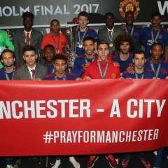 Los jugadores del Manchester United mostraron un mensaje que también puso el City en su cuenta Twitter. Foto: Tomada de la cuenta twitter @ManUtd