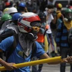 La cifra de muertos en las persistentes manifestaciones antigubernamentales aumentó a 56 tras fallecer un estudiante de un disparo en la cabeza. Foto: AP.