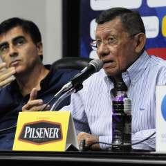 Carlos Villacís (d.) habló previo a la entrega de la lista por parte del entrenador Gustavo Quinteros. Foto: API