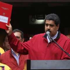 """Sus adversarios la califican como un """"fraude"""" de Maduro para eludir elecciones."""