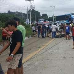 SANTA ELENA.- El accidente de tránsito ocurrió pasadas las 11H00, a la altura del redondel de Montañita. Foto: Toledito TV