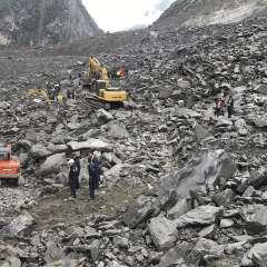 Efectivos de equipos de emergencia operan maquinaria pesada para retirar los restos de un monumental deslave en la localidad de Xinmo, en el condado de Maoxian de la provincia suroccidental china de Sichuan. Foto: AP
