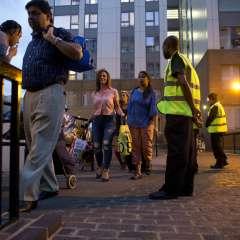 Los habitantes de la torre residencial Taplow son evacuados en el distrito de Camden, en el norte de Londres. Foto: AP