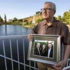 Fotografía del viernes 23 de junio de 2017 muestra a Frank J. Kerrigan sosteniendo una fotografía de sus tres hijos: John, Carole y Frank, cerca de Wildomar, California. Andrew Foulk/The Orange County Register vía AP.