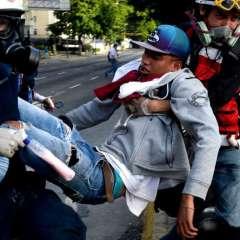 CARACAS, Venezuela.- En varios de la capital venezolana se registraron disturbios luego de que militares y policías disolvieran las concentraciones con gases lacrimógenos. Foto: AFP.