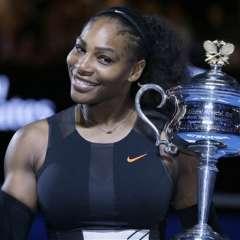 Serena Williams festeja junto al trofeo del Abierto de Australia, tras imponerse en la final a su hermana Venus en Melbourne. Foto: ARCHIVO AP