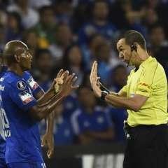 Emelec sufrió la baja de Óscar Bagüí (c.) durante el partido por lesión. Foto: AFP