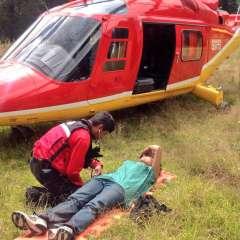 Ambos turistas fueron evacuados de la zona montañosa y asistidos con primeros auxilios. Fotos: Twitter Cuerpo de Bomberos Quito y ECU 911.
