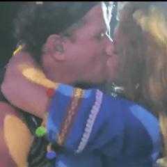 Una mujer burló la seguridad y le robó un apasionado beso de más de siete segundos. Foto: Captura Video.