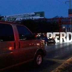"""Aprovechó el semáforo en rojo para colocar enormes letras que formaban """"PERDÓN"""". Foto: Twitter"""