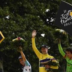 Chris Froome (c.) logró su cuarto título del Tour de Francia. Foto: AFP