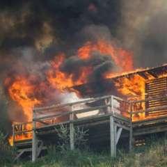 Una cabaña se quema durante un incendio forestal en la península de Lustica cerca de Tivat, Montenegro. Foto: stuff