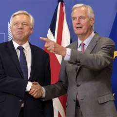 El negociador de la UE Michel Barnier, a la derecha, con el ministro del Brexit David Davis ayer en Bruselas. Foto: AP