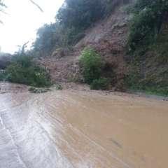 En las carreteras del sur del país aún se registran lluvias y deslizamientos de tierra. Foto: Bomberos Cuenca