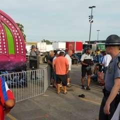 Las autoridades acuden a una feria cerca del juego mecánico Fire Ball después de que este sufrió una falla y varias personas resultaron afectadas, el miércoles 26 de julio de 2017, en Columbus, Ohio. Algunas de las víctimas salieron disparadas desde el juego cuando falló el miércoles por la noche, dijo Steve Martin, jefe de los bomberos de Columbus. Foto: AP