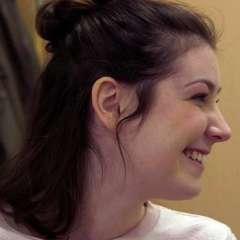 Aunque Lucy Lintott apenas lo nota, su voz ya sufrió un deterioro, que es evidente para su familia.