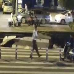 Tras la caída, varias personas ayudaron al hombre afectado. Foto: Captura