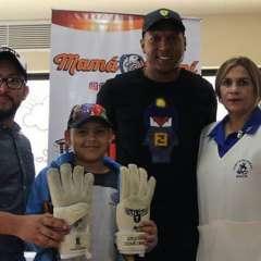 El arquero de Barcelona (c.) destinó el valor recaudado en la subasta de los guantes que usó ante Palmeiras. Foto: Tomada de la cuenta Instagram @maximobanguera_mb1